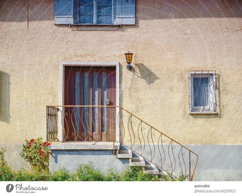 heile welt Haus Einfamilienhaus Eingang Tür Schatten Sonnenlicht bürgerlich Realismus heile Welt Gebäude traditionell Hochparterre Treppe Geländer 60ziger urban