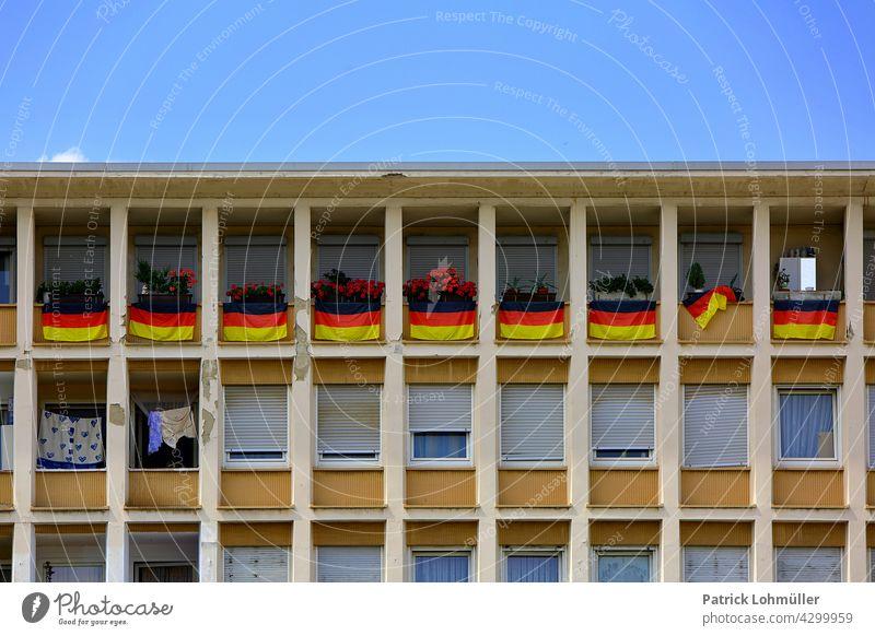 Aus der Reihe flaggen deutschland schwarz rot gold euro 2020 turnier fahnen fußball patriotisch national nationalstolz europa ludwigshafen bauwerk architektur
