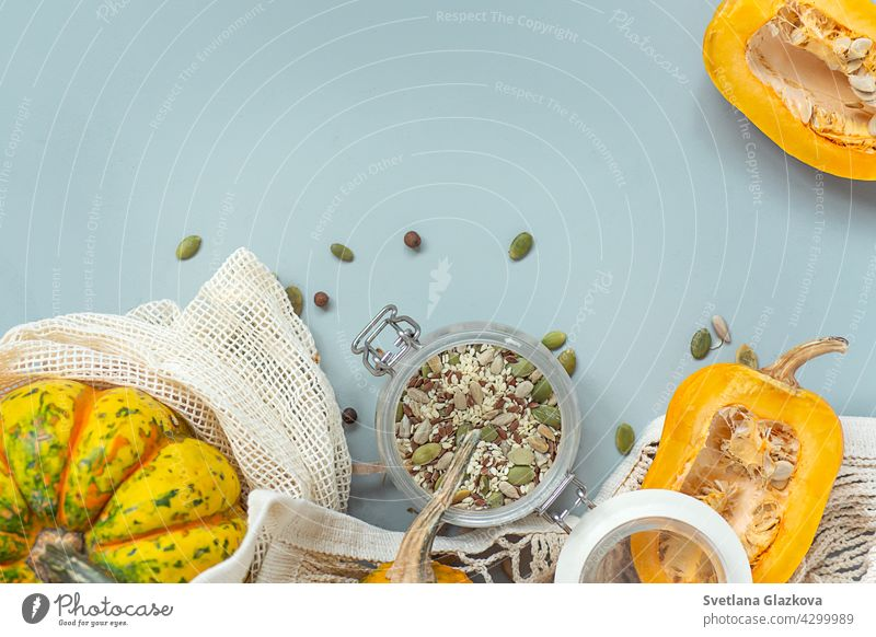 Null Abfall gesunde Lebensmittel Kürbis, Samen, Gemüse, getrocknete Früchte flach auf blauem Hintergrund legen. Lebensmittel in Textil-Taschen, Glas-Gläser. Umweltfreundlicher plastikfreier abfallarmer Lebensstil.
