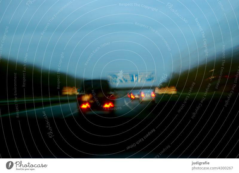 Autobahn reisen Verkehr Geschwindigkeit PKW Nacht fahren Bewegung Straßenverkehr Verkehrsmittel Fahrzeug Mobilität Verkehrswege Autofahren Bewegungsunschärfe