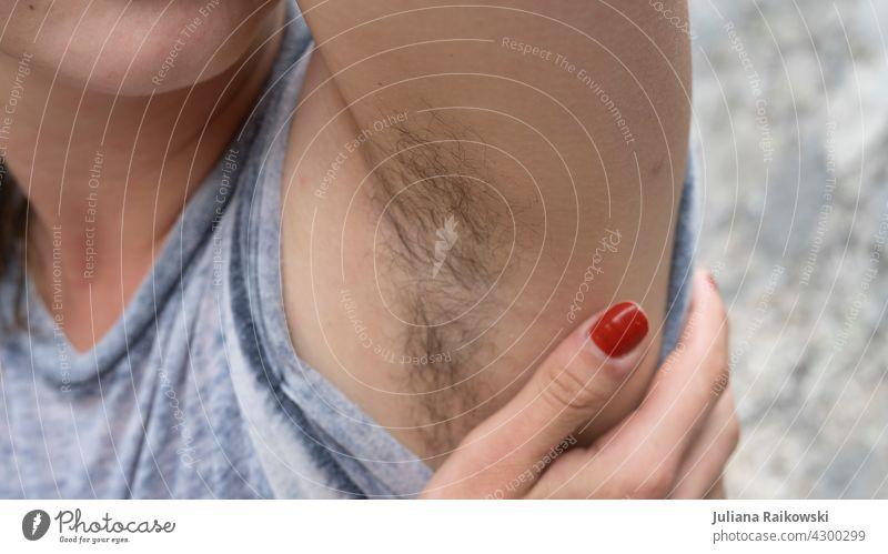 Achselhaare bei einer Frau Haut Mensch Oberkörper Farbfoto Jugendliche schön feminin Feminismus Körper Erwachsene Haare & Frisuren ästhetisch Kontrast