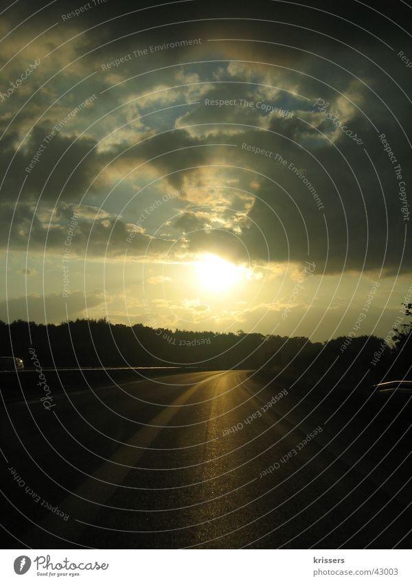 Autobahn in NRW Fahrbahn Fahrzeug Lastwagen Sonnenuntergang Wolken schlechtes Wetter Verkehr Straße Abend Abendröte