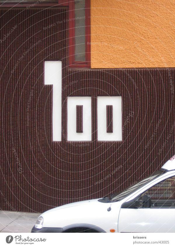 Einhundert 100 Hausnummer Wand braun retro Stuttgart Architektur Ziffern & Zahlen PKW orange hundret car white brown Mauer
