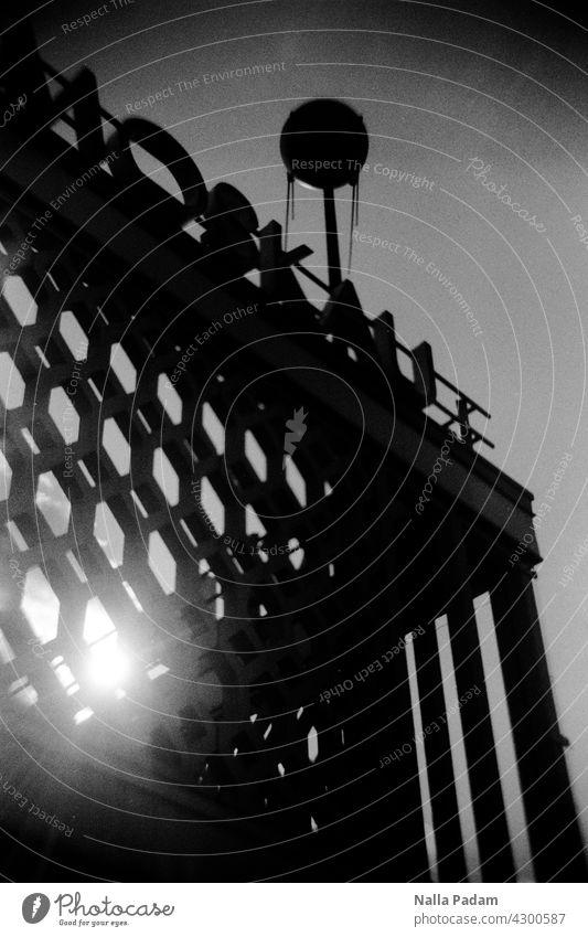 Café Moskau analog Analogfoto sw schwarzweiß Schwarzweißfoto Stadt Architektur Gebäude Sozialismus Wabe Sputnik Schrift Karl-Marx-Allee Gebäudeteil Fassade DDR