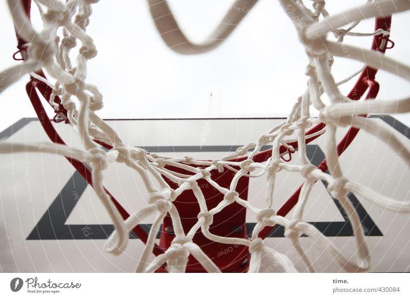 Alles Gute kommt von oben Sport Ballsport Basketballkorb Basketballplatz Netz Korb Sportstätten sportlich rund erleben Erwartung Freude Genauigkeit komplex