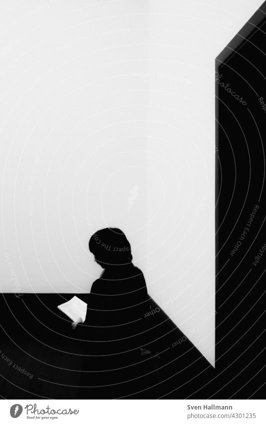 Silhouette einer lesenden Frau Schatten Gesicht Porträt Ansicht männlich Menschen Person wirklich Profil einsam Lifestyle Innenbereich menschlich Konzept