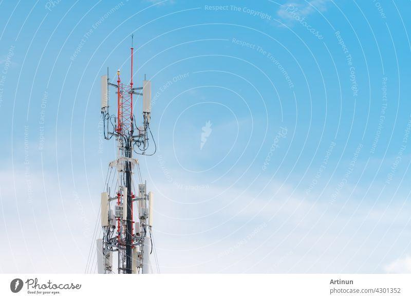 Fernmeldeturm mit blauem Himmel und weißem Wolkenhintergrund. Antenne auf blauem Himmel. Radio- und Satellitenmast. Kommunikationstechnik. Telekommunikationsindustrie. Mobil- oder Telekom 4g Netzwerk.
