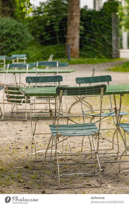 Klapptisch und Stuhl im Garten Tisch Gartenstuhl Gartentisch Park gemütlich leer verlassen Kies Gartenmöbel Sitzgelegenheit Außenaufnahme Möbel Farbfoto