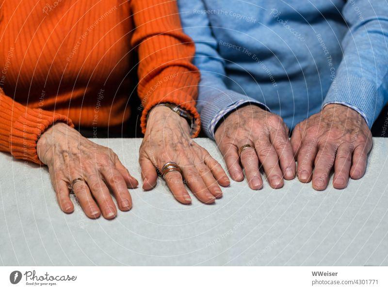Zwei Paar alte Hände, die zusammengehören, wie die Eheringe beweisen Ehepaar verheiratet Mann und Frau Eheleute älter Senioren paarweise nebeneinander