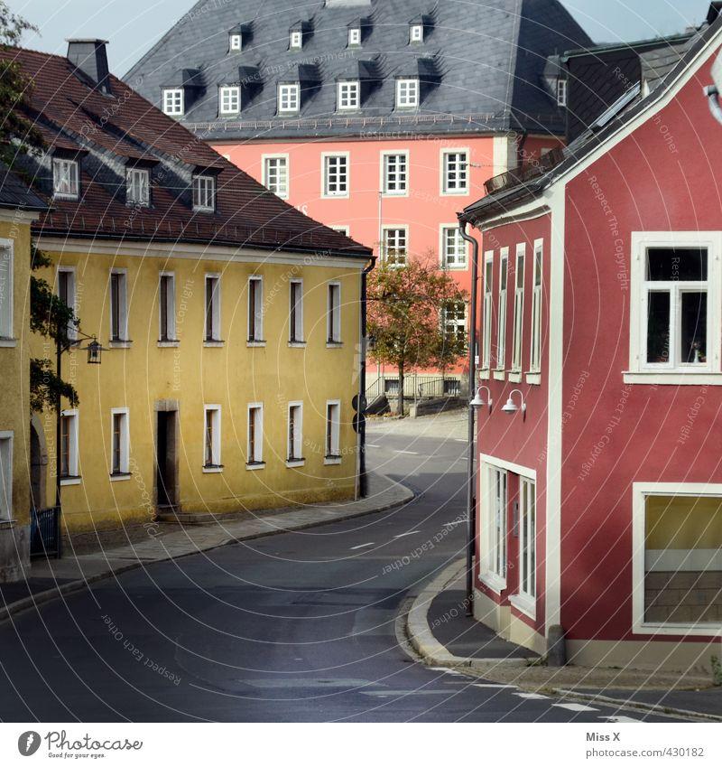 Kleinstadt Dorf Stadtzentrum Altstadt Haus Marktplatz Rathaus Gebäude Mauer Wand Fassade Fenster Tür Sehenswürdigkeit Straße Farbe Hauptstraße Farbfoto