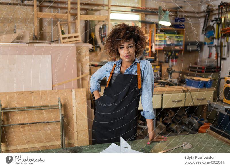 Junge Handwerkerin in ihrer Werkstatt Frau Besitzer Beruf Dienst Kleinunternehmen Mitarbeiter arbeiten Techniker Arbeitsplatz Arbeiter Flugzeugwartung