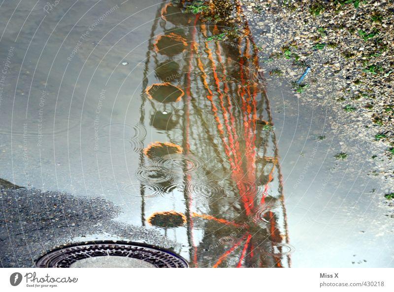 Nasses Volksfest Feste & Feiern Oktoberfest Jahrmarkt Wasser Wassertropfen Wetter schlechtes Wetter Unwetter Regen nass Riesenrad Fahrgeschäfte Gully