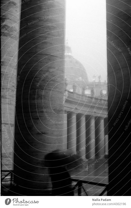 Petersdom analog Analogfoto sw schwarzweiß Schwarzweißfoto Regen Wetter Regenschirm düster Unterstand Säule Kuppel Unwetter Architektur nass