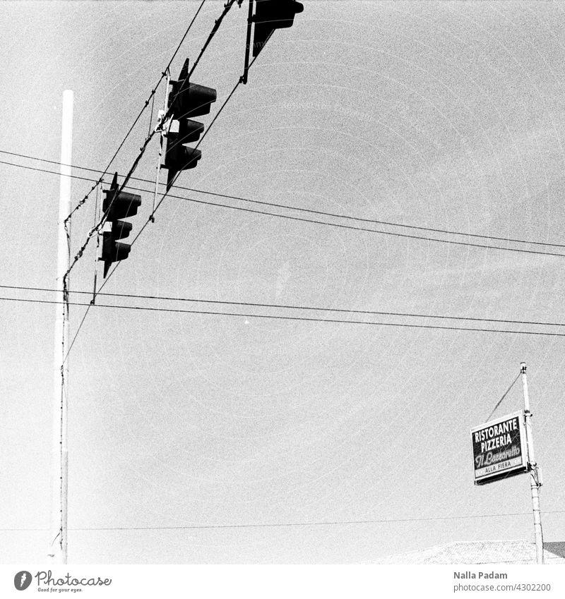 Auf zur Pizza analog Analogfoto sw Schwarzweißfoto schwarzweiß Ampel Mast Schild Pizzeria Ristorante Leitungen Italien Süden Außenaufnahme menschenleer Werbung
