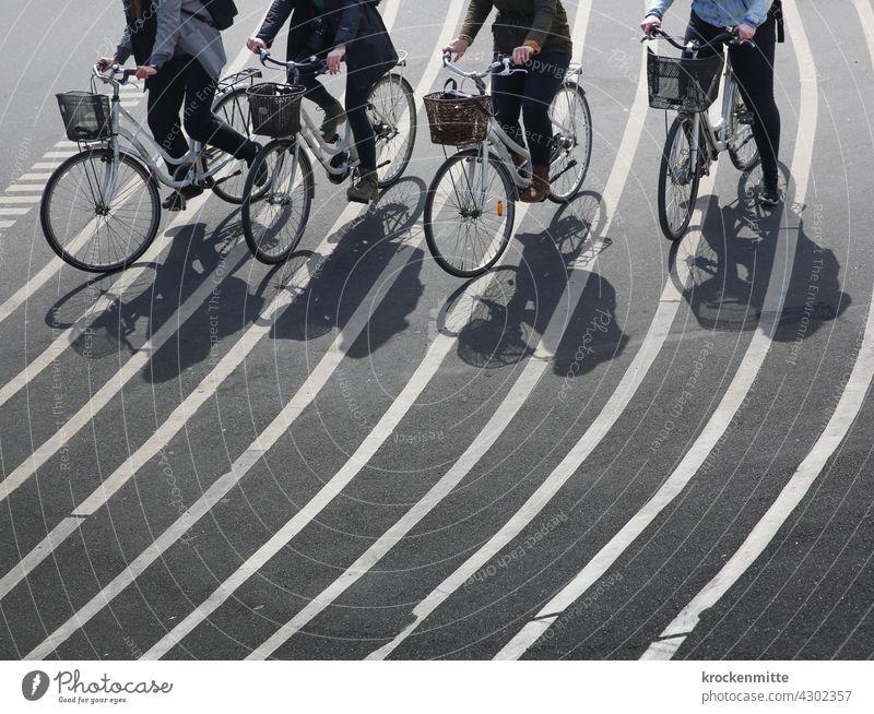 Vier Fahrradfahrerinnen überqueren die Superkilen Anlage in Kopenhagen struktur Strukturen & Formen Asphaltierung Verlauf liniert Wahrzeichen auf Linie