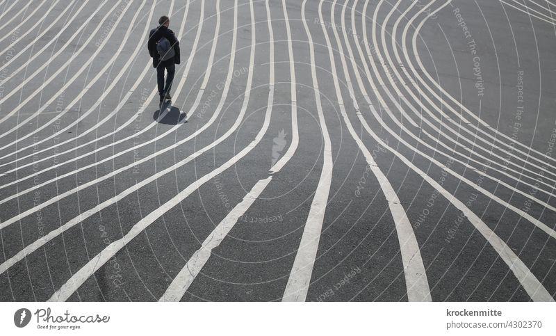 stromlinienförmige Markierung – Mann überquert Superkilen Park in Kopenhagen Linien struktur Strukturen & Formen Asphaltierung Verlauf Wahrzeichen liniert