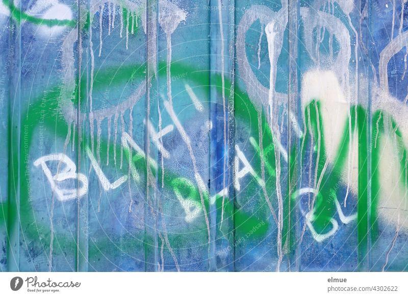BLAH ! BLAH ! BL  ist in weiß an eine Graffitiwand gesprüht / Graffito / Jugendkultur /Gerede Blah blah blau Wand sprayen sprühen Verschmutzung Kunst