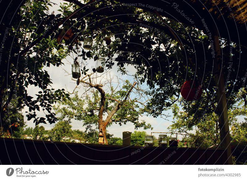 zugewachsene überdachte Laube Schrebergarten Blätter Schattendasein Garten kleingarten schrebergarten kleingartenkolonie ruhe menschenleer Windspiel zweig