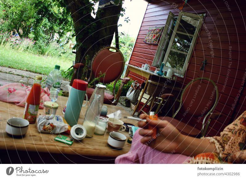 Gartenhäuschen-Stimmung rauchen Gartenhaus Schrebergarten Kleingartenkolonie Laube Stilleben Tisch Schwedenhaus Privatsphäre schwedenrot kleingartenkolonie