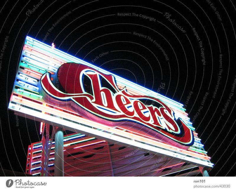 CHEERS Werbung Neonlicht Leuchtreklame schwarz rot dunkel Bar Alkohol cheers