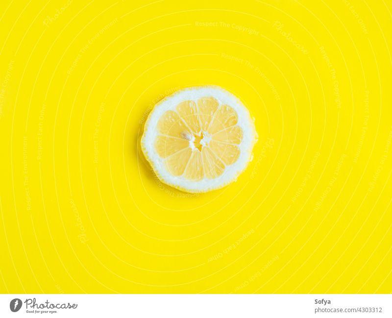 Intensive gelbe Zitrone Zitrusscheibe im Wasser, Textur Sommer Hintergrund Zitrusfrüchte Scheibe frisch Frucht Lebensmittel Vitamin Farbe Muster geschnitten