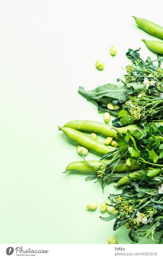 Grünes Gemüse und Kräuter auf Pastell Hintergrund Markt Veganer Lebensmittelgeschäft Versand produzieren Monochrom Bohnen Brokkoli Ackerbau Sauberkeit Diät