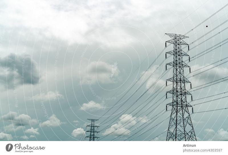 Hochspannungsmast und elektrische Leitung mit grauem Himmel und weißen Wolken. Elektrizitätsmasten. Macht und Energie-Konzept. Hochspannungsnetz Turm mit Draht Kabel. Infrastruktur. Stromverteilung