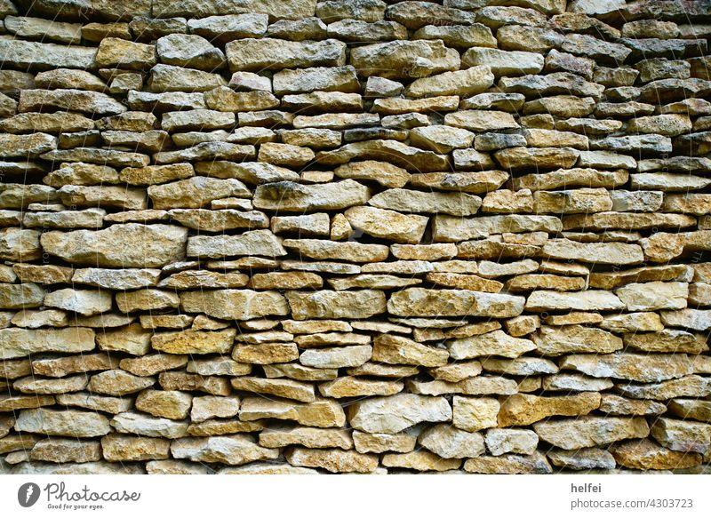 Mauer mit Natursteinen kunstvoll verlegt als schöner Hintergrund Wand Fassade Hauswand Außenaufnahme umweltfreundlich Struktur Textur alt Handwerk wallpaper