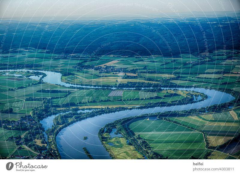 Luftaufnahme mit den Strom Donau der sich schlängelt im Hintergrund Berge in Bayern Ballon Ballonfahren Fliegen Heissluftballon Heißluftballon Korb Sommer