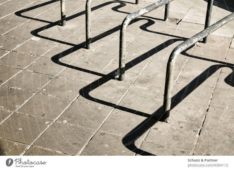 Fahrradständer mit hartem Schatten Verkehrswende Fahrradschloss abschließen sichern Metall urban Stadt Stadtleben Straße Fahrradfahren harter Schatten