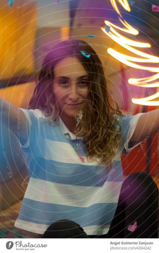 Porträt eines jungen Mädchens posiert lächelnd mit Neonlicht Hintergrund.Werbefotografie.Mode und Lifestyle-Konzept. Frau schön Blick feminin 1 Farbfoto