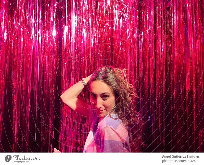 Attraktive junge Frau mit roten Streifen Hintergrund.Konzept Spaß, Jugend, Leben. Junge Frau feminin 18-30 Jahre Porträt Tag Innenaufnahme Blick in die Kamera