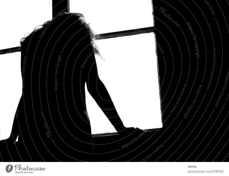 Trauer Fenster Frau Licht Fensterbrett abstützen dunkel Raum Wand trüb schwarz weiß Hand Traurigkeit Rahmen Silhouette Rücken