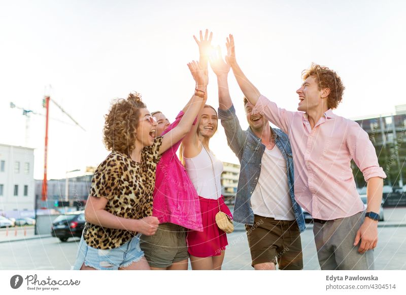 Freunde reichen sich die Hände Menschengruppe Gruppe von Personen Zusammensein Frau Frauen jung lässig schön attraktiv Mädchen Mann Männer männlich Freundschaft