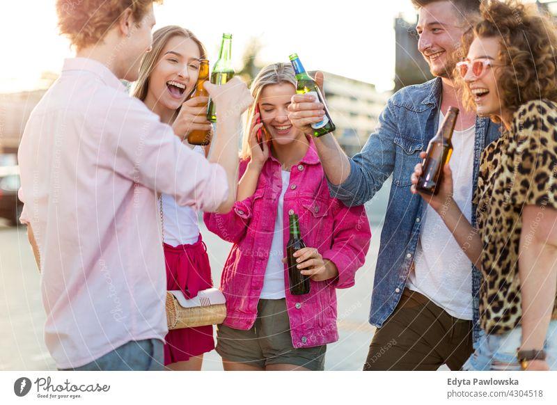 Gruppe von Freunden trinken Bier zusammen Menschengruppe Gruppe von Personen Zusammensein Frau Frauen jung lässig schön attraktiv Mädchen Mann Männer männlich
