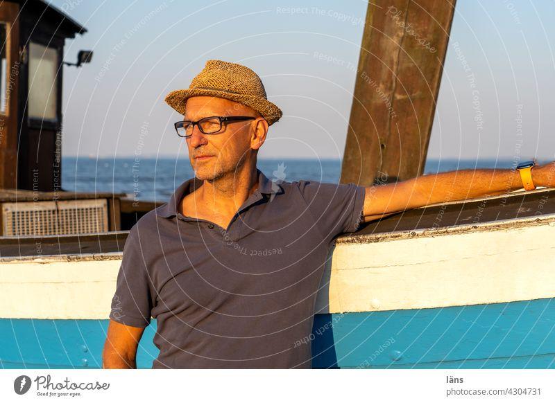 Mann vor Fischerboot Ferien & Urlaub & Reisen Tourismus Farbfoto Strand maritim Küste blau Textfreiraum oben Ostsee Meer Usedom Insel Schönes Wetter Boot Hut