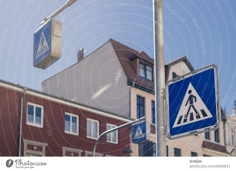 Straßenbeschilderung Zebrastreifen / Fußgängerübergang mit Wohnhäusern im Hintergrund Verkehrswege Stadt Wege & Pfade Asphalt Menschenleer Streifen