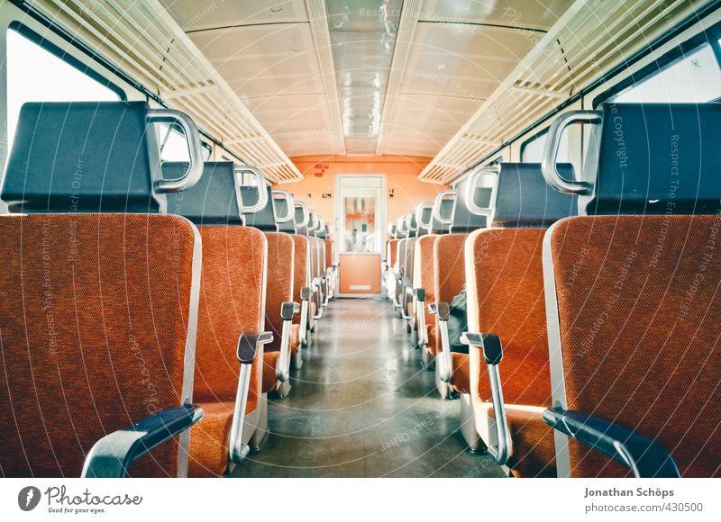 Mittelgang in einem leeren Abteil im Zug in der Bahn Verkehr Verkehrsmittel Bahnfahren Schienenverkehr Personenzug Zugabteil modern Zentralperspektive