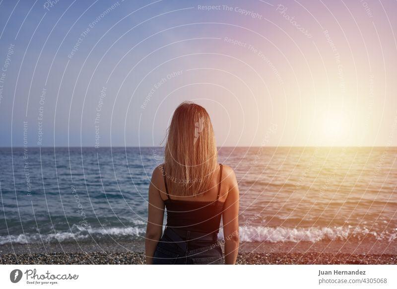 Frau mit Blick auf den Horizont im Meer. jung MEER Strand Sonnenuntergang Erholung Freiheit sorgenfrei horizontal genießen Genuss sich[Akk] entspannen Stehen
