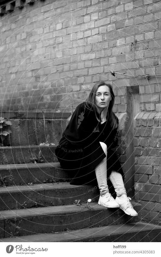 die junge Frau blickt selbstbewusst in die Kamera langhaarig Mode 18-30 Jahre Bewegung Haare & Frisuren feminin Lifestyle Beautyfotografie Erwachsene