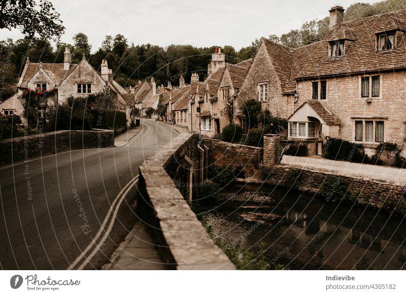 Castle Combe traditionelles englisches Dorf mit hübscher Brücke an einem Sommertag. Niemand und kein Auto auf der Straße. Architektur Gebäude Burg oder Schloss