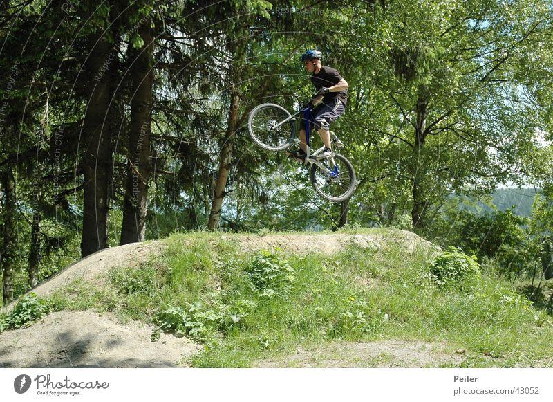 Jumpin in the bikepark springen Mountainbike Hügel Fahrrad Extremsport Bikepark