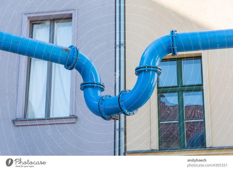 Die blaue Wasserleitung verbindet zwei Häuser Architektur Gebäude Großstadt Mitteilung Gemeinschaft Zwischenstück Konstruktion Kontakt Zusammenarbeit Design