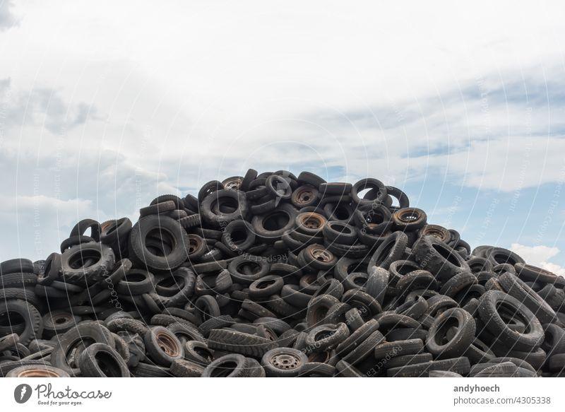 Alte abgenutzte Autoreifen aufgestapelt gegen einen blauen Himmel Verlassen Automobil schwarz PKW Pflege-Reifen Schaden dreckig Entsorgung Müllhalde Öko