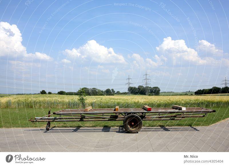 Heuanhänger landwirtschaftliche Geräte Landwirtschaft Anhänger Landwirtschaftsanhänger Traktor-Anhänger blauer Himmel Landschaft Agrarwirtschaft Heuwagen