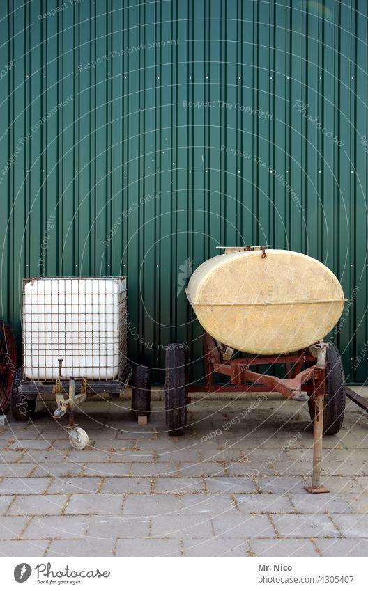 Wassertanks auf rädern Tank Behälter u. Gefäße Güterverkehr & Logistik Tankwagen Landwirtschaft Anhänger Halle Fassade Betonplatte abgestellt Lager