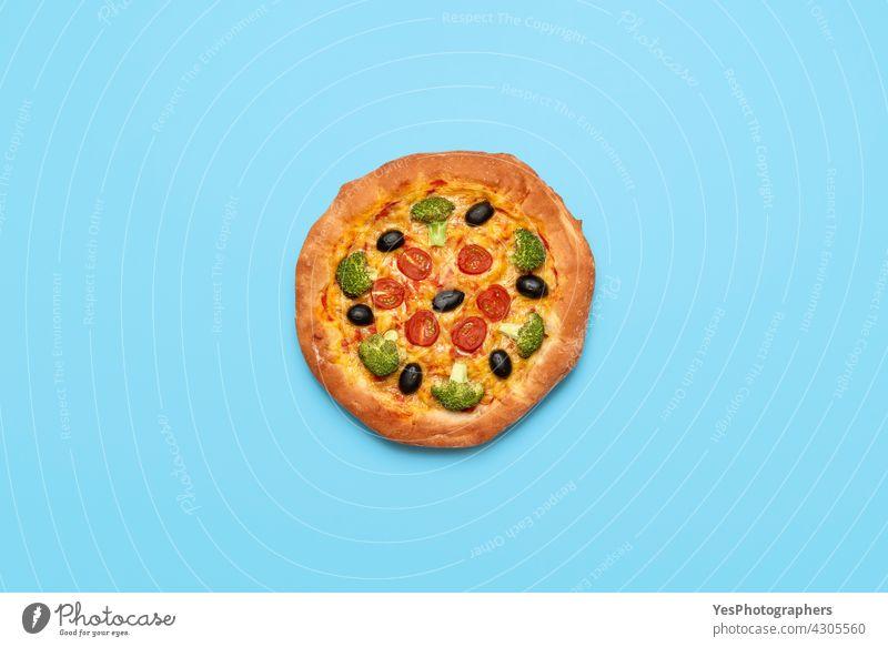 Vegane Pizza isoliert auf blauem Tisch. Hausgemachte Gemüse-Pizza, Ansicht von oben Italienisch alternativ Hintergrund backen Brokkoli Cashew-Käse Farbe