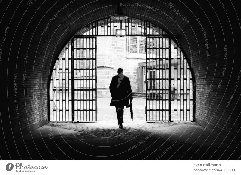 Mann geht eine Treppe zwischen zwei imposanten Gebäuden hinunter Architektur Moderne Architektur Fassade ästhetisch Symmetrie Design modern abstrakt Ordnung