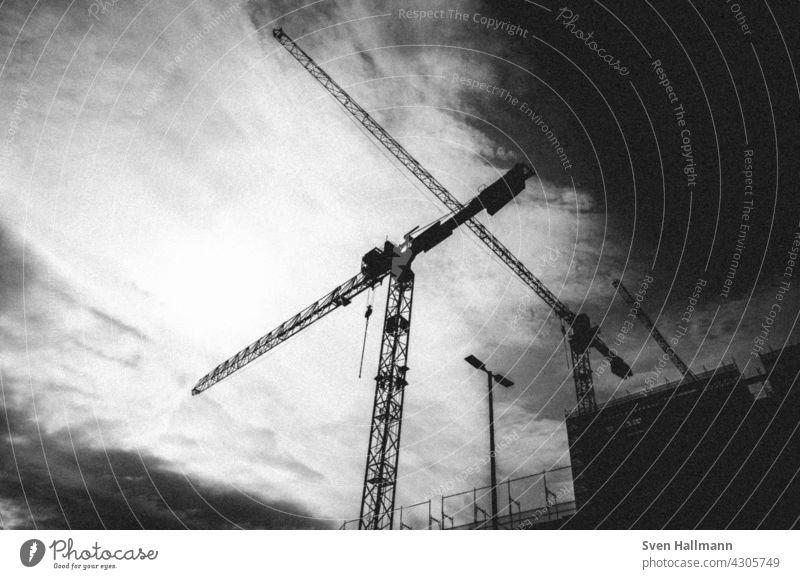 eine Großbaustelle mit vielen Kränen Kran Baustelle Himmel bauen hoch bauindustrie Bauwerk drehkran Baukran turmdrehkran Froschperspektive