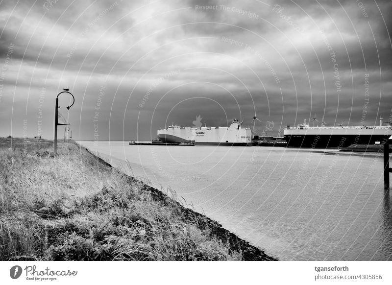 Emden Außenhafen Hafen Ems Dollart Ostfriesland Frachtschiffe autotransport exportieren Außenaufnahme Wasserfahrzeug maritim Menschenleer verladen Schietwetter